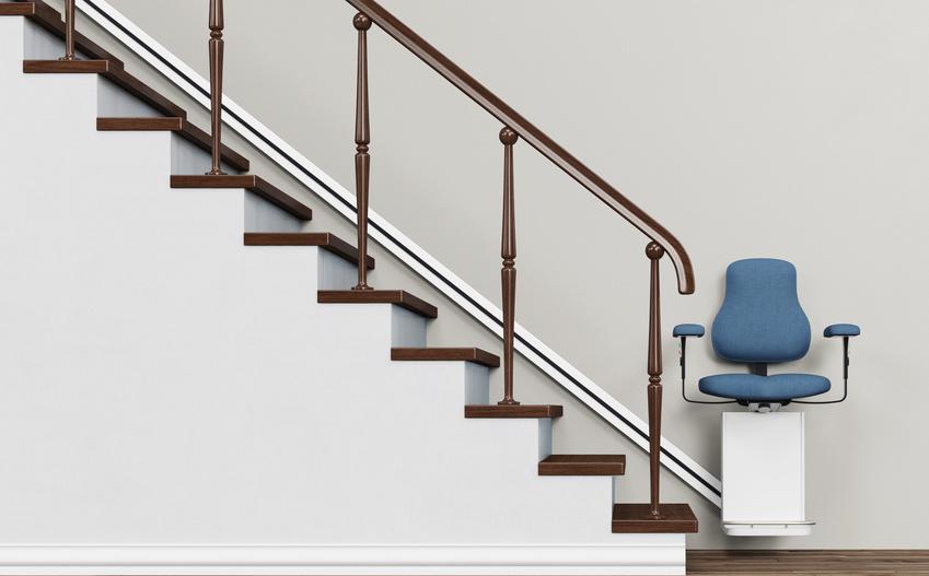 Terppenlift an einer Treppe für altersgerechtes Wohnen im Haus